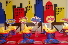 The next post I bring you in my superhero party tutorials contains my ideas about how to create a superhero backdrop. Superman Birthday Party, Avengers Birthday, First Birthday Parties, First Birthdays, Birthday Presents, Superhero Backdrop, Superhero Cake, Superhero Centerpiece, Superheroes Party Ideas