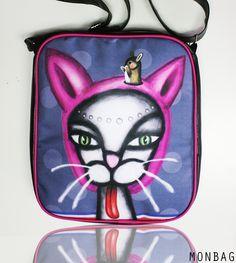 CATMOUSE * kabela - taška s autorskou grafikou(C)PANMON - taškaje ušita z koženky aautorské látky,uzavíratelná nazip,uvnitř malákapsičkana zip,nastavitelnýpopruh rozměry:31 cm x 27 cm x 7 cm materiál:koženka + textilní díl + bavlněná podšívka barva:černá koženka