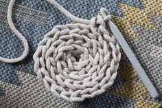 Gu creates: DIY: How to make a rug with a string crochet? Crochet Cable, Diy Crochet, Crochet Hooks, Beginner Crochet Tutorial, Crochet For Beginners, Crochet Rug Patterns, Crochet Stitches, Knit Basket, T Shirt Yarn