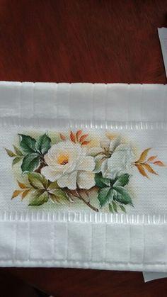 Rosas brancas na toalha