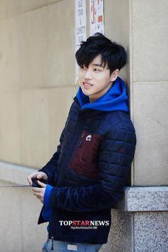 Omg Jinhwan looks so different here
