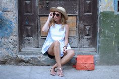LA HABANA VIEJA  Travel blogger with street style. Jeans with white top and hat by Monica Sors
