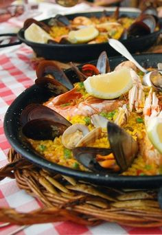 Today is Spanish Paella Day! Paella is a traditional Spanish dish usually made with fish or meat with vegetables, mixed with rice and a delicious sauce. Join in with the celebrations and try an authentic Spanish Paella for yourself on a trip to Spain. Fish Recipes, Real Food Recipes, Yummy Food, Healthy Recipes, Spanish Cuisine, Spanish Food, Spanish Rice, Traditional Spanish Dishes, Tapas