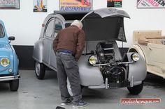 Dem frühen Citroën 2 CV wird genau unter die Haube geschaut: http://www.zwischengas.com/de/FT/diverses/Versteigerung-Oldtimer-Galerie-am-23-April-2016-in-Toffen.html?utm_content=buffere2713&utm_medium=social&utm_source=pinterest.com&utm_campaign=buffer  Foto © Bruno von Rotz