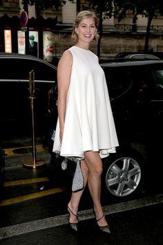 Pin for Later: Vom Bond Girl zum Gone Girl: Rosamund Pike's Verwandlung Rosamund Pike Rosamund stolzierte im Juli 2014 in einem Kleid von Dior durch Paris.