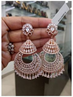 Indian Bridal Jewelry Sets, Indian Jewelry Earrings, Jewelry Design Earrings, Gold Earrings Designs, Ear Jewelry, Fancy Earrings, Diamond Earrings Indian, Diamond Dangle Earrings, Flower Jewelry