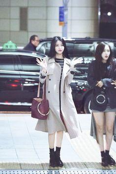 South Korean Girls, Korean Girl Groups, Airport Style, Airport Fashion, Gfriend Sowon, G Friend, Woman Crush, Idol, Style Inspiration