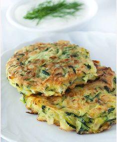 Clatite aperitiv cu zucchini si iaurt reprezinta o gustare perfecta pentru masa de pranz. .Sosul de iaurt folosit la garnisirea lor le fac si mai savuroase.