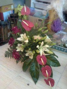 GALERIA DE IMAGENS Tropical Flower Arrangements, Flower Arrangement Designs, Church Flower Arrangements, Tropical Flowers, Flower Designs, Altar Flowers, Church Flowers, Unique Flowers, Beautiful Flowers