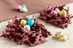 Llega la Pascua, y con ella los famosos Huevos de Pascua y todos los dulces de estos días... En Pequeocio os hemos enseñado varias ideas para pintar huevos