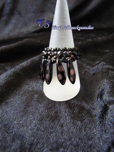 Ring aus verschiedenen Glasschliffperlen und Rocailles in den Farben schwarz und…