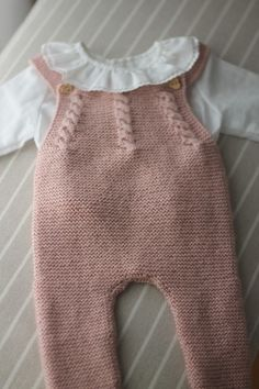 Knit baby overalls ornament cheerful home models Knitting For Kids, Baby Knitting Patterns, Baby Patterns, Baby Outfits, Kids Outfits, Tricot Baby, Romper Pattern, Knitted Baby Clothes, Baby Pants