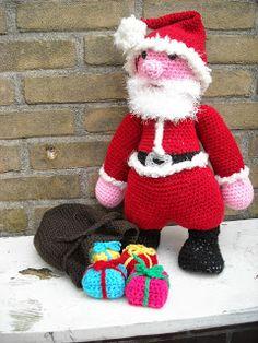 Deze kerstman is er helemaal klaar voor. Zijn zak is gevuld met cadeautjes en klaar om de kerst sokken te vullen en de cadeau's onder de boom te leggen. Hij moet nog even wachten Sinterklaas is eerst aan de beurt.  Kerstman is gehaakt op haaknaald 5.00 van 100% acryl  Patroon is verkrijgbaar in mijn webwinkeltje  www.mijnwebwinkel.nl/winkel/tinekeshaakpatronen/