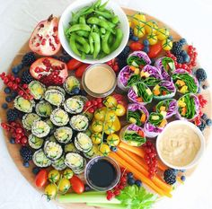 Colorful lunch platter with quinoa sushi, rainbow rice paper rolls, dippings + m. Colorful lunch platter with quinoa sushi, rainbow rice paper rolls, dippings + more - Raw Food Recipes, Asian Recipes, Vegetarian Recipes, Cooking Recipes, Healthy Recipes, Vegetarian Platter, Quinoa Sushi, Sushi Lunch, Sushi Platter