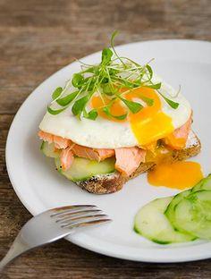 Offenes Sandwich mit Lachs und Ei