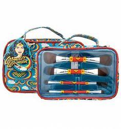 Retro Wonder Woman Cosmetics Brush Set In Wash Bag - Makeup Products Wonder Woman Quotes, Wonder Woman Logo, Wonder Woman Makeup, Superhero Gifts, Oran, Cosmetic Brush Set, Justice League Wonder Woman, It Cosmetics Brushes, Wash Bags