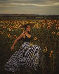 Portrait in sunflowers {tap for credits} Gorgeous Women, Amazing Women, Gorgeous Lady, Beautiful, Ann Street Studio, Female Portrait, Woman Portrait, Aesthetic Photo, How To Take Photos