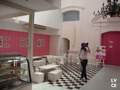 CASA DA BARBIE Sonho de menina! - Aqui encontra-se a primeira loja do mundo da Barbie! Um espaço enorme divido em 4 diferentes ambientes, sendo eles uma loja de roupa, uma área de recreação, um salão de cabeleireiro e uma cafetaria. Na loja física vimos muitas variedades de boneca, roupas e acessórios, muitos que não tem aqui no Brasil e em comparação de preços, muito em conta!