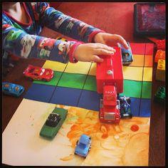 Hupsutteluja: Sateenkaariautorata Rainbow Race by @Linda @ LittleFamilyFun.com as a starting point for open ended play  #playmatters