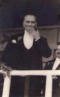 Atatürk'ün günde 10-15 fincan kahve ve 40-50 arası sigara içtiğini Hasan Rıza Soyak hatıralarında yazar. Gerçi, Atatürk'ün çoğu fotoğrafında elinde