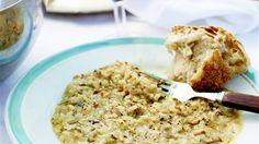 Stek svampen i olivolja på hög värme tills den fått fin gyllenbrun färg. Tillsätt lök, vitlök och ris. Sänk värmen och fräs ytterligare någon minut. Häll på vinet och låt det koka in. Späd sedan med varm buljong, lite i taget och låt risotton sjuda under ständig omrörning ca 18 minuter. Riset skall ha en liten kärna och risotton skall vara ganska blöt.   Ta bort från plattan och rör i parmesanosten och smaka av med salt, svartpeppar och tryffelolja.