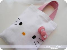 Bolsinha Hello Kitty IDEAL para aniversários, lembranças, é só usar a criatividade!! :D  http://pesnasnuvens.com/