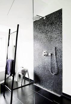 62 New ideas for bathroom black mosaic wall colors White Bathroom Tiles, Small Bathroom, Bathroom Ladder, Mosaic Bathroom, Appartement Design, Shower Faucet, Shower Drain, Shower Bathroom, Bathroom Ideas