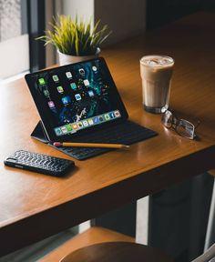 Gaming Room Setup, Desk Setup, Home Office Setup, Home Office Design, Apple Laptop, Apple Ipad, Ipad Pro, Space Coloring Pages, High Tech Gadgets