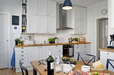 i want a table in my kitchen! White Furniture, Kitchen Furniture, Kitchen Interior, Wooden Kitchen, Kitchen Dining, Nice Kitchen, Kitchen Cabinets To Ceiling, House Design Photos, Beautiful Interior Design