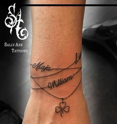 Armbänder mit Namen Tattoo am Handgelenk Bracelets avec tatouage de nom au poignet Bracelet Tattoos With Names, Name Tattoos On Wrist, Tattoos With Kids Names, Wrist Tattoos For Women, Tattoo Bracelet, Tattoos For Daughters, Kid Name Tattoos, Childrens Names Tattoo Ideas, Tattoo Finger