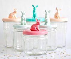 Plastik Tiere lackiert auf Marmeladengläsern