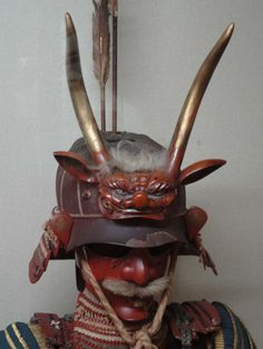 One of the most unorthodox types of Japanese helmets were ones with animal maedate (crests). They were extremely popular during the Edo period (1603-1868) although it appeared earlier. Usually, it was made on the foundation of a zunari-kabuto. The date exhibited a huge variety of forms, including horns, suns, dragons, monsters, demons, birds, wings, hair up to abstract ideas. Similar to it was the harikake-kabuto. Some of the details were made of lacquered wood or paper.