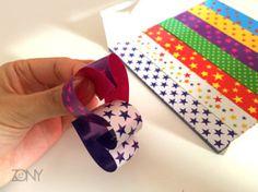 簡単】折り紙でハートの輪っかガーランド - 暮らしニスタ 次の折り紙も半分に折り目を付けた後、出来上がっているハートの折り紙に通して、両サイドを丸く内側に持ってきて、ホッチキスで留めます。