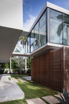Modelo de casa com estilo de Arquitetura Moderna, com a junção de alvenaria, vidro e madeira.