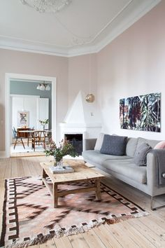 Sarah og Christian var tæt på at købe sig fattige i farveprø Bedroom Furniture Sets, Room Decor Bedroom, Home Furniture, Living Room Decor, Living Furniture, Bedroom Sets, Living Rooms, Furniture Design, Guest Room Paint