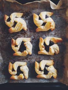 Finnish Christmas treats #joulutorttu Christmas Treats, Shrimp, Dishes, Meat, Recipes, Food, Tablewares, Essen, Eten