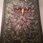 Süthető gyurma és üveglencse felhasználásából készült bagoly naplóra, könyvekre. Thor, Mandala, Owl, Bird, Animals, Animales, Animaux, Owls, Birds