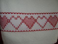La segunda toallita facial de este juego en rojo son unos lindos corazones, siempre están bordados en punto yugoslavo, me encantan