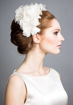 Incorporating florals into one's wedding outfit creates a classic, ethereal, and feminine look Bridal Headdress, Floral Headpiece, Headpiece Wedding, Bridal Headpieces, Bridal Hair, Fascinators, Vintage Headpiece, Wedding Looks, Bridal Looks