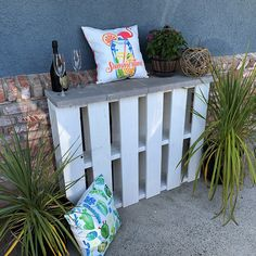The Pallet Bar is the perfect rustic bar that mixes simplicity and elegance. Use this beautiful piece as a drink holder and an attention-grabber! Garden Furniture Inspiration, Garden Furniture Design, Pallet Garden Furniture, Pallets Garden, Outdoor Pallet Bar, Pallet Benches, Pallet Tables, 1001 Pallets, Recycled Pallets
