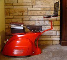 Voici un bel exemple de ré-interprétation et de récupération d'une célèbre Vespa en une zone de travail. David Giammetta a décidé de transformer ce scooter emblématique en un pièce de design unique. Pour cela, il a simplement conservé la carrosserie arrière et la selle, il a enlevé les roues et toute la partie avant.