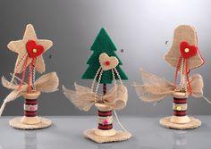www.mpomponieres.gr Επιτραπέζιο χριστουγεννιάτικο στολίδι σε διάφορα σχέδια και χρώματα από τσόχα και λινάτσα όπου σαν βάση έχει ξύλινη κουβαρίστρα. Όλα τα χριστουγεννιάτικα προϊόντα μας είναι χειροποίητα ελληνικής κατασκευής. http://www.mpomponieres.gr/xristougienatika/xristougeniatiko-diakosmhtiko-me-tsoxa-kai-linatsa.html #burlap #christmas #ornament #felt #χριστουγεννιατικα #στολιδια #stolidia #xristougenniatika