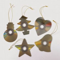 Teach your kids to recycle & be creative at the same time : these are recycled Christmas tree ornaments made with old CDs! Recycled Christmas Decorations, Recycled Christmas Tree, Christmas Art, Christmas Projects, Christmas Tree Ornaments, Snowman Ornaments, Outdoor Christmas, Recycled Cds, Recycled Crafts