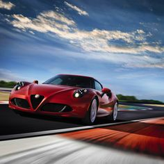 W Alfie Romeo 4C w D.N.A jest też tryb wyścigowy, który wyłącza elektroniczne systemy i sprawia, że samochód pozostaje pod pełną kontrolą kierowcy.