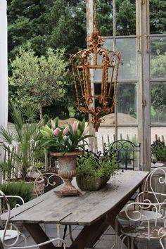 Rustic Decor Ideas For Outdoor Spaces French Country Interiors, Country Interior Design, Rustic Outdoor Decor, Rustic Patio, Outdoor Rooms, Outdoor Dining, Lush Lawn, Types Of Furniture, White Home Decor