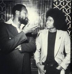 Young Michael Jackson getting some lecture from Marvin Gaye. //Marvin Gaye Died April 1984 Rest in Peace Marvin Gaye, Soul Jazz, Soul Funk, Music Icon, Soul Music, The Jackson Five, Musica Popular, Paris Jackson, Black History Facts