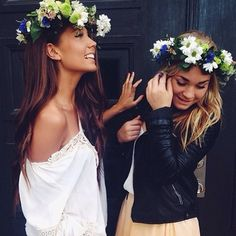 Flower crowns + best friends