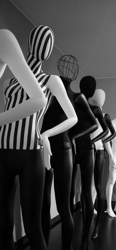 □ COURTESY | SHELLY SCHWARTZ Black Mannequin, Mannequin Heads, Clothing Displays, Fairytale Fashion, White Aesthetic, Op Art, Mannequins, Visual Merchandising, Store Design