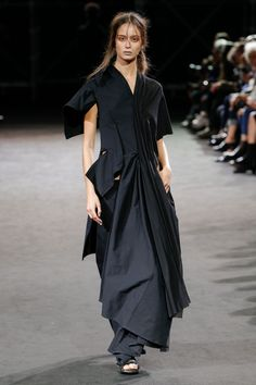 See all the Collection photos from Yohji Yamamoto Spring/Summer 2019 Ready-To-Wear now on British Vogue Fashion Week, Runway Fashion, Spring Fashion, Fashion Show, Fashion Outfits, Vogue Fashion, Grunge Outfits, Street Fashion, Stylish Outfits