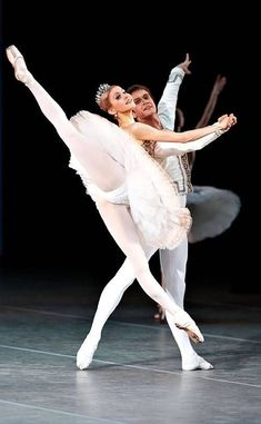 Ballet is a European classical dance that originated in the Italian Renaissance. One of the most important characteristics of ballet is that the actress is… Ballet Images, Ballet Pictures, Dance Pictures, Ballerinas, Ballet Dancers, Ballet Art, Alvin Ailey, Russian Ballet, Bolshoi Ballet